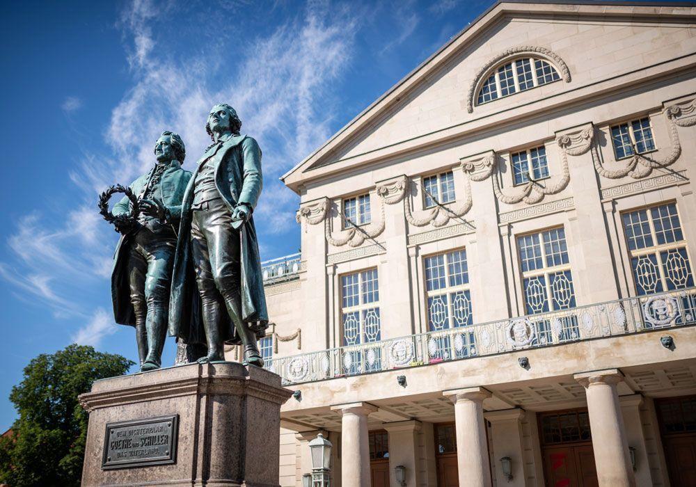 Goethe und Schilllerbrunnen, Tourist Information Weimar